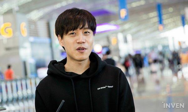 HLV trưởng của đội - ông Kim 'Micro' Mok Kyung trả lờirằng ông sẽ không thể cùng đội bay sang Đức ngày hôm nay vì lí do sức khỏe