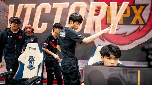 FPX giành chiến thắng trước Fnatic
