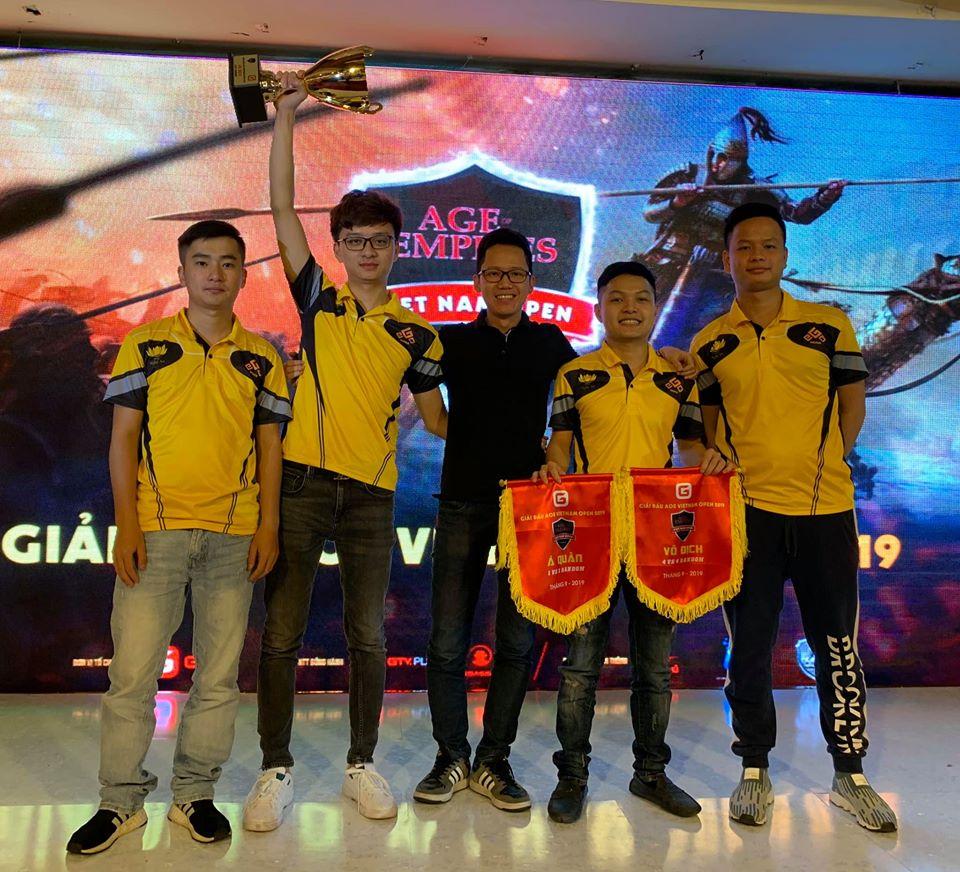 No1 cùng đồng đội nâng cao chiếc cup vô địch 4vs4 Random tại giải đấu AoE Việt Nam Open 2019