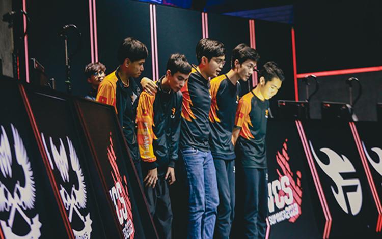"""Người hâm mộ LMHT Việt Nam phản ứng ra sao trước drama """"siêu to khổng lồ"""" của Team Flash?"""