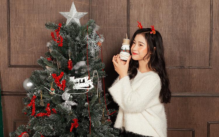 Nắng ngọt ngào bên cây thông Noel trong bộ ảnh Giáng Sinh ấm áp