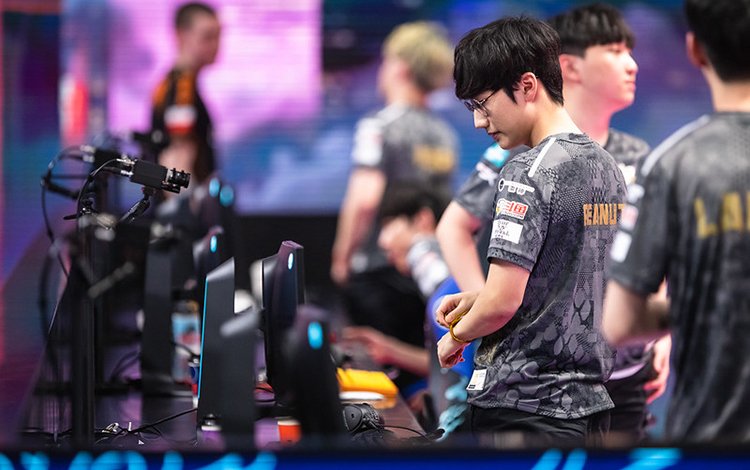 """Thi đấu quá tệ hại tại CKTG 2020, Peanut nhận """"vòng hoa tang lễ"""" từ fan cuồng của LGD"""