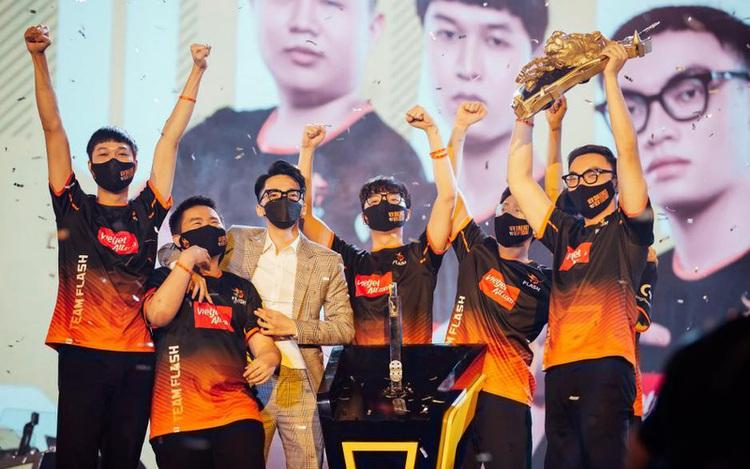 Gấu, ADC và ProE nói gì sau khi Team Flash ẵm trọn bộ danh hiệu cá nhân và tập thể