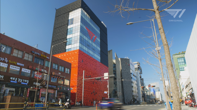 Khám phá trụ sở mới của T1: Hoành tráng, hiện đại, có thể dễ dàng selfie cùng thần tượng và đếm cúp