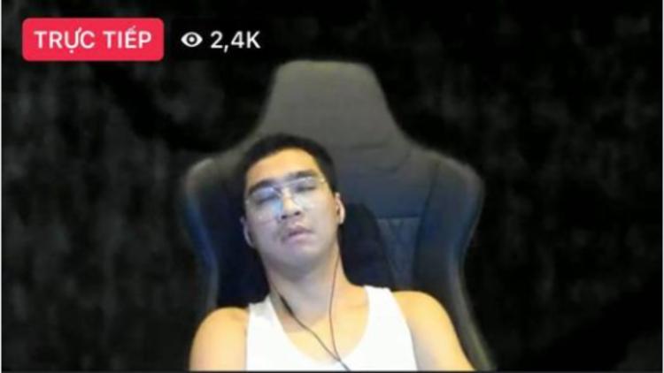Lý do gì khiến PewPew bất ngờ ngủ gục trên sóng livestream?