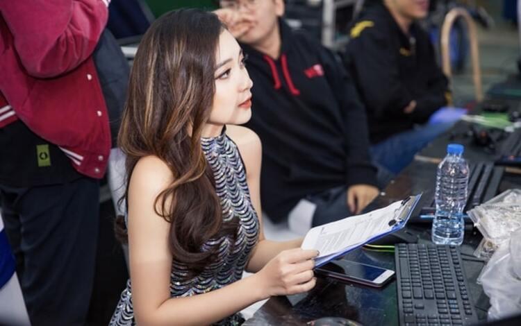 """Nữ MC hot nhất Liên Quân Mobile để lộ """"bí mật"""" muốn che giấu suốt nhiều năm khi đăng hình góc livestream"""