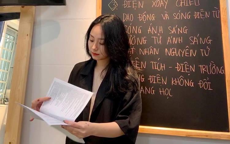 Cô giáo xinh đẹp dạy Vật Lý gây sốt cộng đồng mạng để lộ tài năng chơi game khó tin