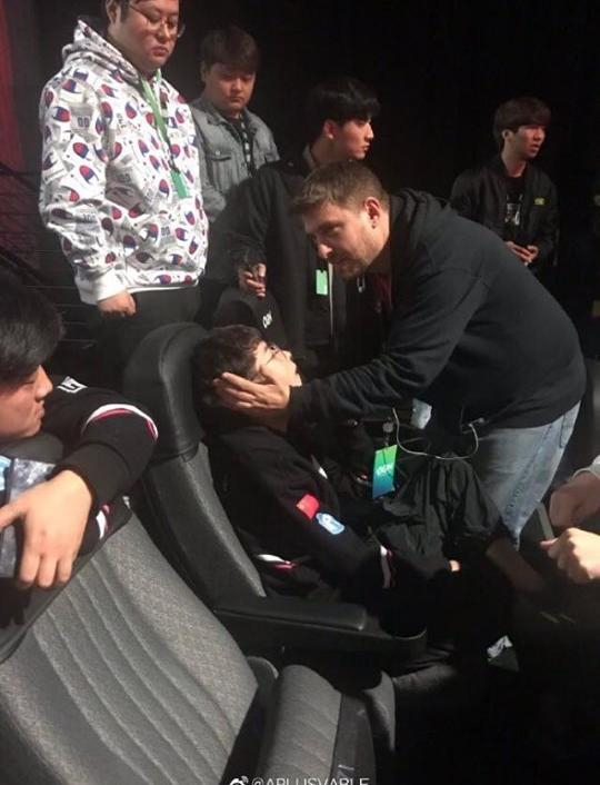 Game thủ gặp vấn đề về sức khỏe khi đang thi đấu giải vô địch PUBG thế giới